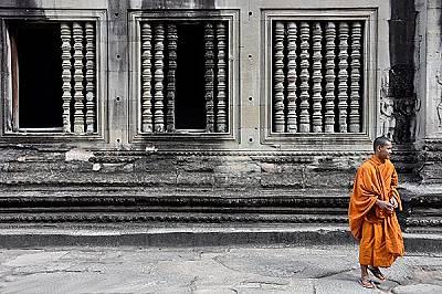 Ангкор ВатЕдин монах в храма Ангкор Ват.