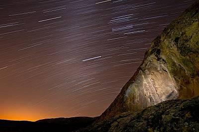 В хладна зимна нощ звезди огряват чумашка пиктография в националния парк Каризо Плейн.
