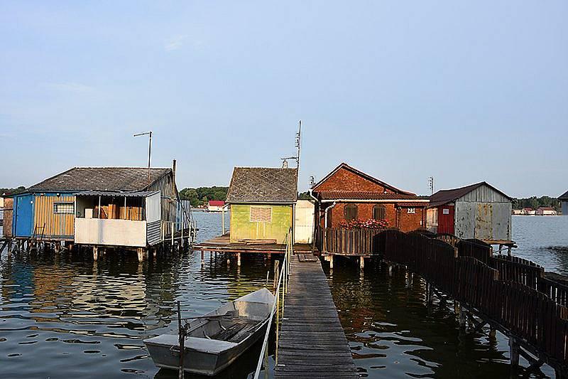 Плаващото село в езеро Бокоди - ден първи: Вили в западната част на езерото.