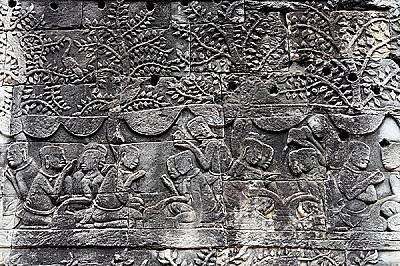 Фризове в Ангкор ВатЕдна от причините за известността на сградата е интегрираните в архитектурата й дузина декорации, главно във формата на барелефни...