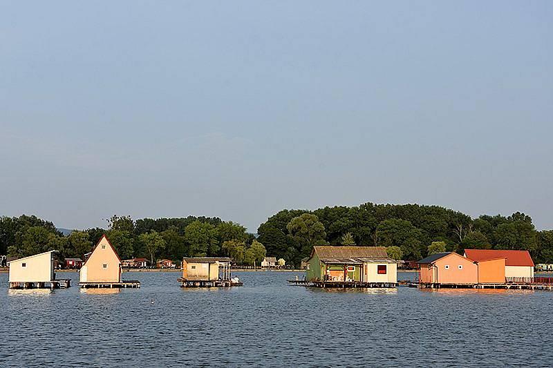 Плаващото село в езеро Бокоди - ден първи: Гледка от верандата на дядо Тибор.