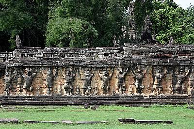 Руини в Ангкор ВатНа повечето от големите руините в Ангкор има огромни барелефи, изобразяващи различни богове, богини и друго-светски същества от мито...