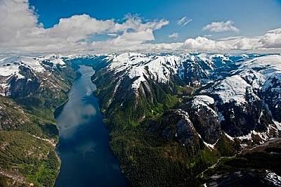 Девствена гора прегръща заснежените върхове в Британска Колумбия