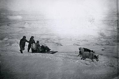 Инуити със своите кучетаТази снимка за първи път е била публикувана от изследователя Робърт Пири през 1898 г. в неговия разказ за пътешествията му до...