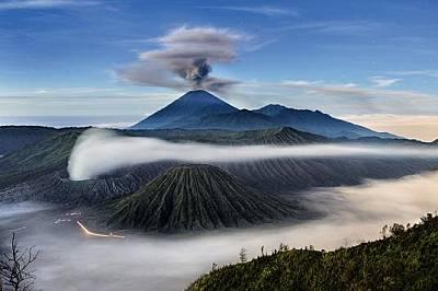 Семеру е най-високият вулкан на индонезийския остров ЯваОт 1967 г. изригва непрексънато. Намира се в южния край на калдерата Тенгер, където са и по-ма...