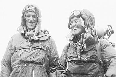 Едмънд Хилъри и Тенсинг НоргейПърви до най-високия връх на света стигат Едмънд Хилъри и Тенсинг Норгей. Те греят на тази снимка направена в Катманду,...