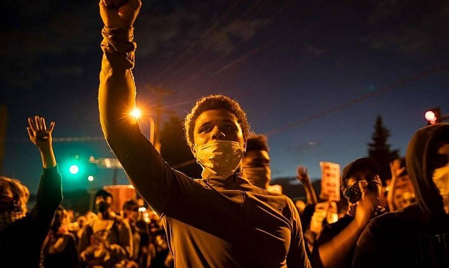 Протестиращи на 29 май искат справедливост за починалия Джордж Флойд в резултат от полицейско насилие по време на арест в Минеаполис