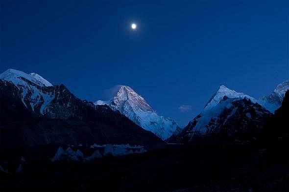 Пълна луна осветява връх К2 Снимка: Томи Хайнрих, National Geographic Creative