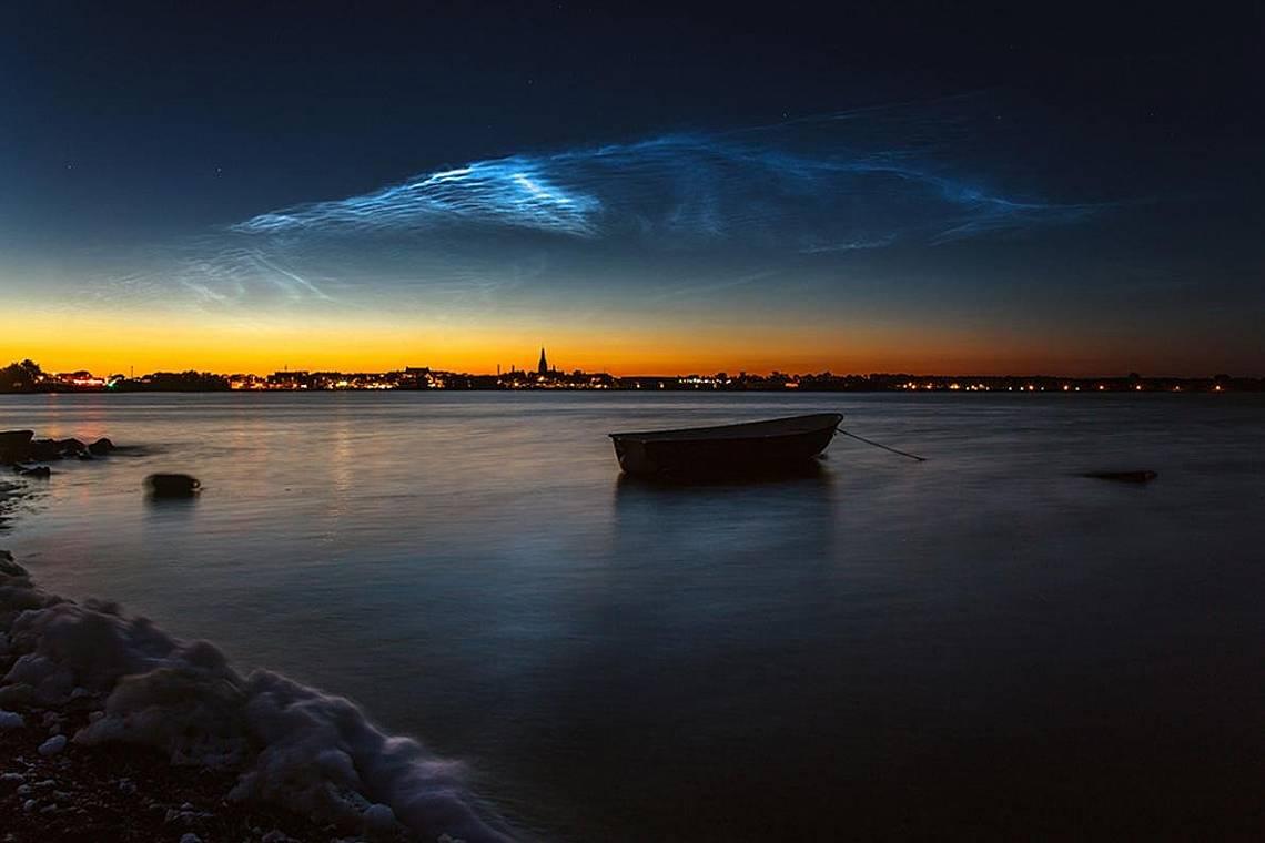 Нощни облаци над Никобинг, Дания Снимка: Руслан Мерзлиаков, spaceweather.com