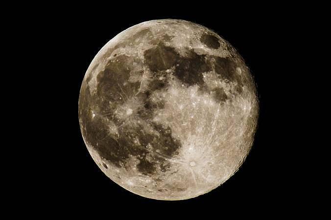 Тази Супер Луна се намира едва на 356 991 километра от Земята. Снимка: Кент Коберстийн, National Geographic Creative
