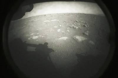 Perseverance изпрати първата снимка от Марс след успешно кацане