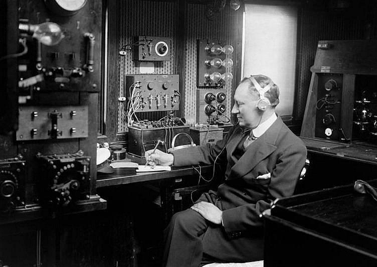 """Маркони (1874-1937) е бил пионер в безжичните комуникации. """"Титаник"""" е един от няколкото големи океански лайнери, използвали неговата последна техноло..."""