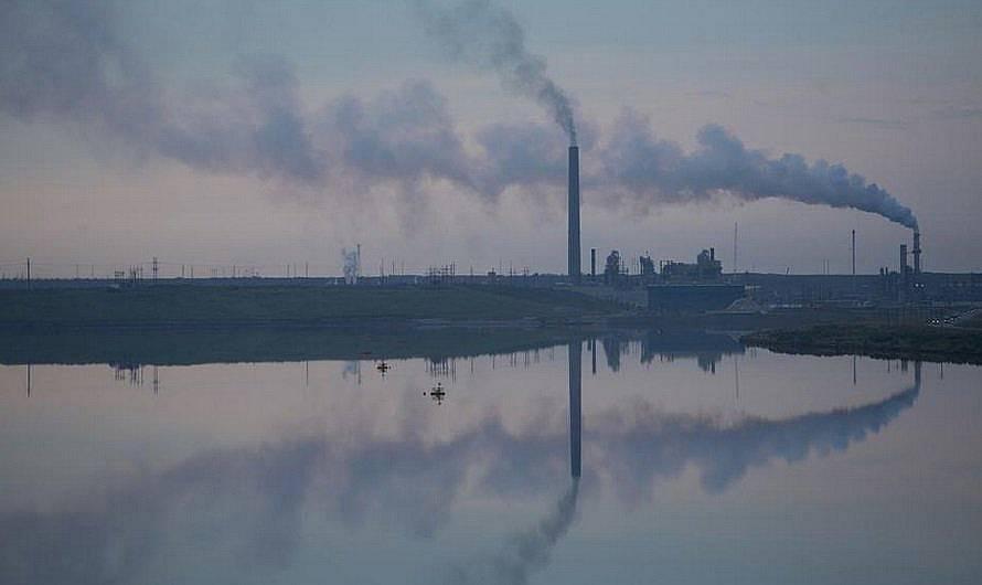 Подобни съоръжения за добив на нефт, като това в Канада, допринасят повече за емисиите на парникови газове отколкото производството на суров петрол....