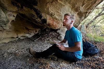 Делвин Генди прецизно документира скалните рисунки на местните американци.