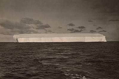 Огромен айсберг сниман отдалеч, Антарктида.
