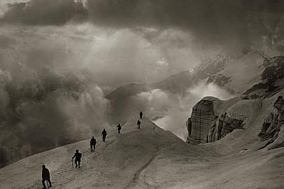 Пизо Кампо ТенсиаКатерачи вървят към един от най-високите върхове в Швейцраските Алпи - Пизо Кампо Тенсиа. Снимката е направена около 1920 г.