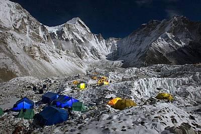 Палатки са осеяли базовия лагер на Еверест. Над тях се извисява ледникът Кумбу.
