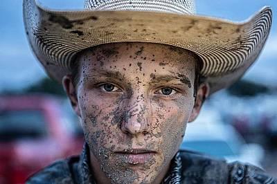 """""""Опитах се да се задържа на коня, но нямаше за какво да се хвана и паднах с лице в калта"""", казва Пейтън Леч, 18-годишен състезател..."""