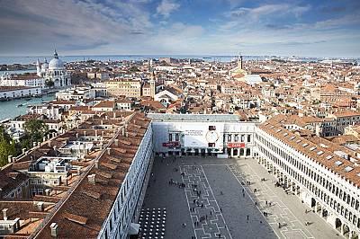 Площадът Сан МаркоПлощадът Сан Марко е културният център на Венеция, който често бива заливан от туристи, вода или и от двете.