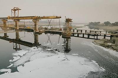 Заводи изхвърлят химическите си отпадъци в река Ямуна и я покриват с токсична пяна.