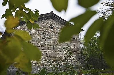 Според изискванията на завоевателя каменната сграда на църквата не се отличавала от околните къщи.