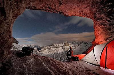 Входът на пещерата Контуринес с гледка към Доломитите в Италия. Пещерата е известна с колекцията на кости и черепи от пещерни мечки, намерени в нея.