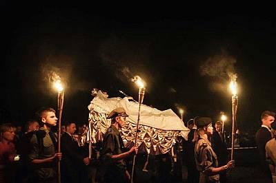 В малкия полски град Калвария-Паклавска местните хора носят статуя на Дева Мария в реален размер по време на вечерно шествие на празника Успение Богор...