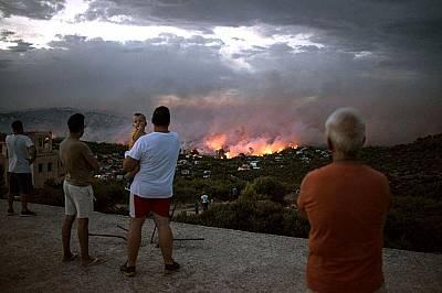 Пожар бушува близо до гр. Рафина край Атина, Гърция, на 23 юли 2018 г. Поне 20 души са загинали, а още повече са ранени, докато пожарите помитат гори...