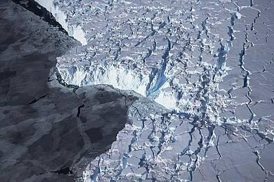 Лед край брега на западната част на Антарктида, който се вижда от прозореца на самолета на НАСА, заснет на 28 октомври 2016 г.