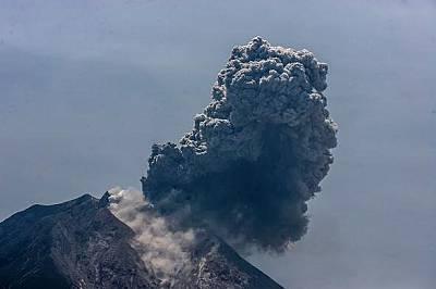 Синабунг изхвърля вулканична пепел край Тига Панкур, село в Каро, Северна Суматра на 3 август.