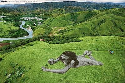 ЯНУАРИВ Колумбия, малката Мария Паула върху тревата на осем хиляди квадратни метра зелена площ. С ръцете си предпазва малък храст кафе, символизиращ ж...