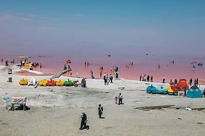Летовници се къпят във водите на УрмияЛетовници се къпят във водите на езерото, които изглеждат червени заради наличните бактерии и водорасли. Туристи...