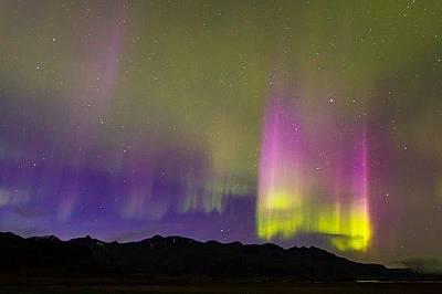 Северно сияние и светлинни стълбове в ИсландияСеверно сияние и светлинни стълбове по време на геомагнитна буря на южното крайбрежие на Исландия. &amp...