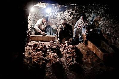 Археолози работят по мумии намерени в гробница от Новото ЦарствоАрхеолози работят по мумии намерени в гробница от Новото Царство, която принадлежала н...