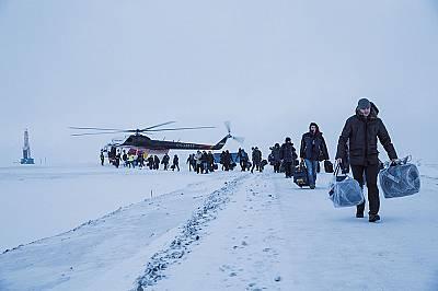 """Работници пристигат с хеликоптер за няколкоседмичните си смени в нефтените находища """"Требс"""" и """"Титов"""" в руска..."""
