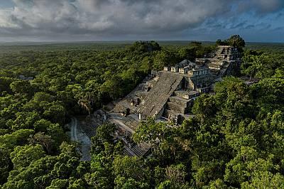 КалакмулПрез VII в. сл.Хр. царете Змии властвали над този столичен град в днешно Южно Мексико и неговата най-голяма постройка – 55-метрова п...