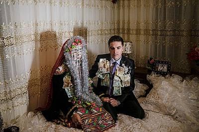 Нощта на сватбатаВ югозападна България помаците правят сватбите си през зимните месеци. На тази снимка младоженците Селве Куйваши (вляво) и Джамал Вер...