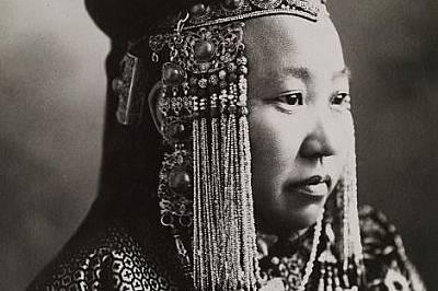 Монголска принцеса позира за портрет през 1920 г.