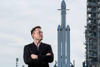 Илън Мъск позира с ракетата Falcon Heavy в Кейп Канаверал, Флоирда на 5-ти февруари 2018 г.