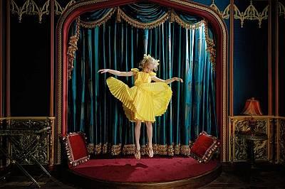 Дете скача в домашното си киноВарвара скача в домашното си кино в Москва, Русия. Снимката е част от поредица, която разглежда живота на богати деца в...
