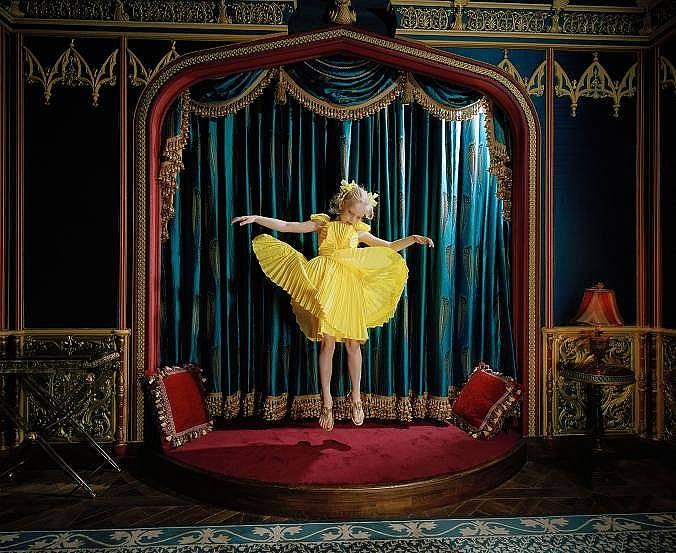 Варвара скача в домашното си кино в Москва, Русия.  Снимка: Анна Скледмен