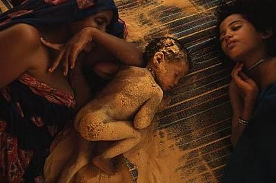 Семейство туарегиВ поразената от суша африканска държава Мали семейство от племето туарег се е скрило от дневната жега в палатката си.