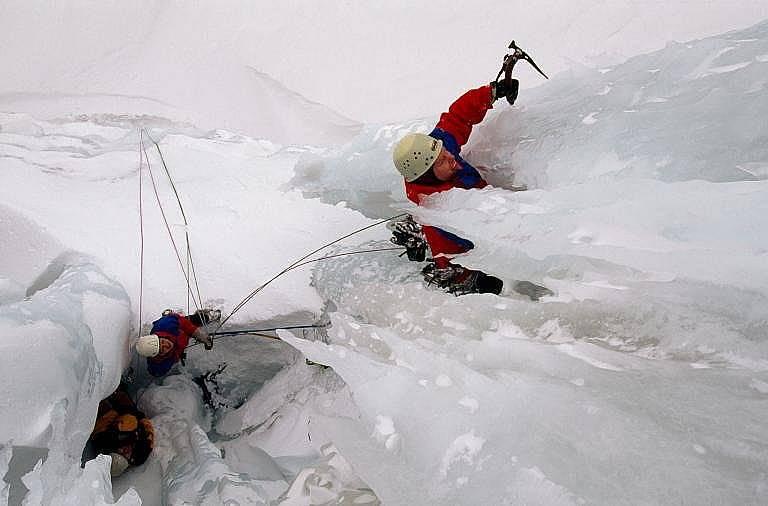 Катерачи си проправят път през това величествено ледено образувание в Исландия Снимка: Бил Хечър, National Geographic