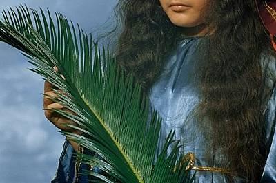 Разпети петък Девойка в назаретянски костюм позира в шествие на Разпети петък в Баямон, Пуерто Рико. Снимката се появява през 1951 г. в National Geogr...