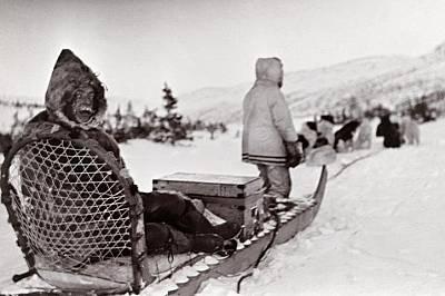 Доктор Сиймор Армстронг тръгва към болен пациент в Лабрадор, Канада.Снимката се появява през 1910 г. в брой на National Geographic.