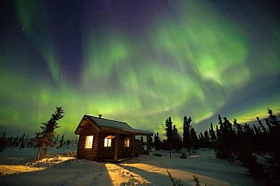 Феърбенкс, АляскаВъв Феърбенкс, Аляска, северното сияние озарява небето.