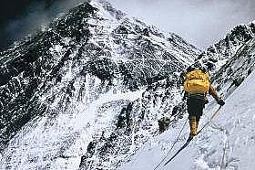 ЛхотцеКатерачи прекосяват един от шеметно стръмните склонове на Лхотце. През 1963 г. (заедно с шерпа Науанг Гомбу) Джим Уитакър става първият американ...