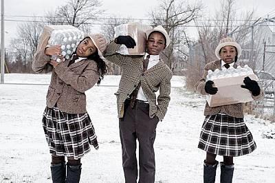 Тринайсетгодишният Антонио Ейбръм и сестрите му Джули Ейбръм и Индия Ейбръм, на 12, вземат дневната си дажба от бутилирана вода във Флинт, Мичиган. &...