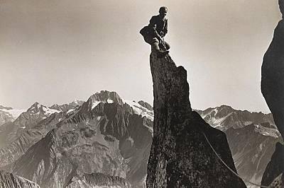 Изкачване на връх в Швейцарските Алпи.На тази снимка, направена около 1919 г., алпинист е изкачил връх в Швейцарските Алпи.