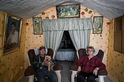 Мануел Гонзалес и Енкарна Санчез позират за портрет в хола си.